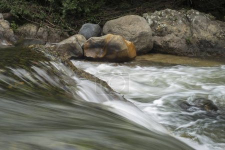 Photo pour Rivière coulant à travers les rochers dans la forêt, Yelapa, Jalisco, Mexique - image libre de droit