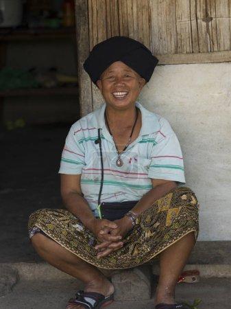 Photo pour Portrait de femme heureuse assise à la porte, Chiang Rai, Thaïlande - image libre de droit