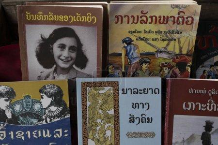 Photo pour Livres à vendre au marché, Luang Prabang, Laos - image libre de droit