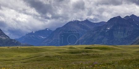 Photo pour Vue panoramique des montagnes contre un ciel nuageux, parc national des Lacs-Waterton, sud de l'Alberta, Alberta, Canada - image libre de droit