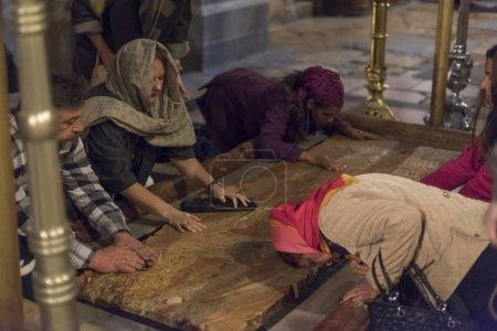 Photo pour La pierre d'onction où corps de Jésus est censé avoir reçu l'onction avant l'inhumation, église du Saint Sépulcre, Jérusalem, Israël - image libre de droit