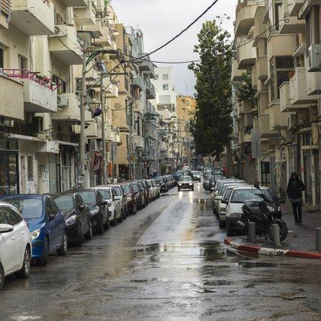 Photo pour Les voitures garées sur les deux côtés de la rue, Florentin, Tel Aviv, Israël - image libre de droit