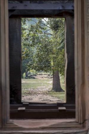 Bäume aus dem Fenster des hinduistischen Tempels im angkor wat Stil gesehen, banteay samre, siem reap, Kambodscha