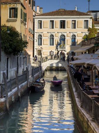 Photo pour Sidewalk caf au bord du canal, Venise, Veneto, Italie - image libre de droit
