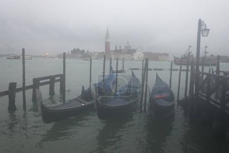 Photo pour Gondoles amarrées dans le Grand canal avec église de San Giorgio Maggiore dans le fond, Venise, Vénétie, Italie - image libre de droit