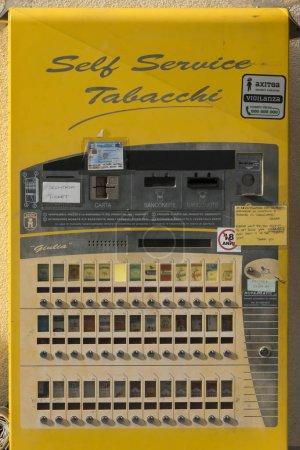 Photo pour Distributeur automatique de cigarettes libre-service, vue rapprochée - image libre de droit