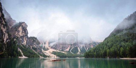 Photo pour Lac de Braies et bateaux en montagne à Dolomites, Italie, Pragser Wildsee - image libre de droit