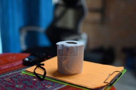 Photo pour Papier de toilette sur le plan de table vers le haut - image libre de droit