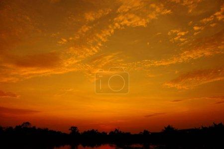 Photo pour Beau ciel coucher de soleil nuageux. Beau coucher de soleil nuageux en mer. - image libre de droit