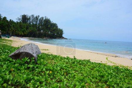 Foto de Playa hermosa, agua clara, hermosas playas y las olas. En un día soleado - Imagen libre de derechos