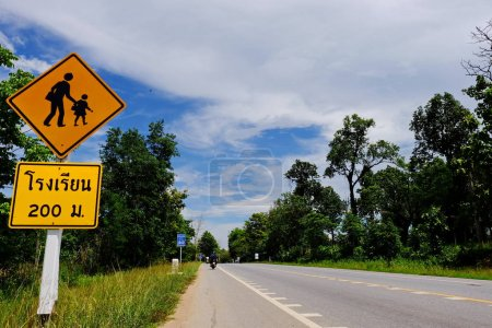 Photo pour Signe à la route dans la forêt tropicale - image libre de droit