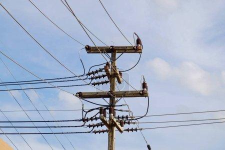 Photo pour Poteau électrique sur fond de ciel - image libre de droit