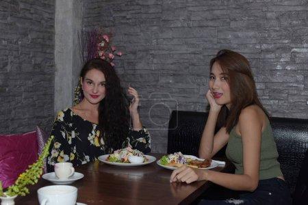 Photo pour Les femmes mangent et la célébration dans le café - image libre de droit