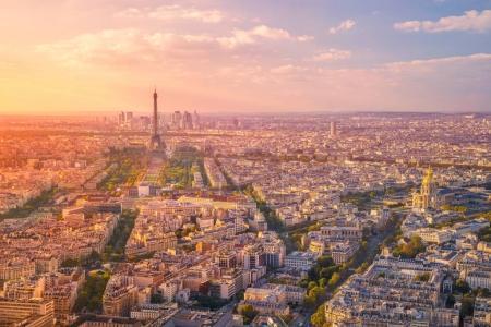 Photo pour Image aérienne de Paris, France pendant l'heure du coucher de soleil doré . - image libre de droit