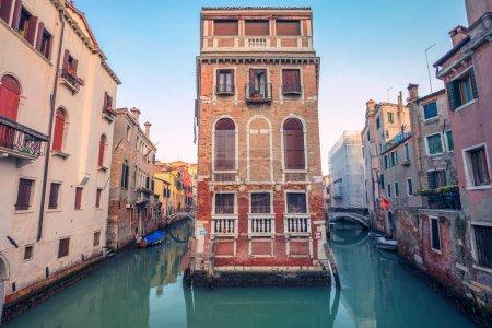 Photo pour Venise. Image de paysage urbain de canaux étroits à Venise pendant le coucher du soleil . - image libre de droit