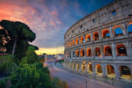 Photo pour Colisée. Image du célèbre Colisée de Rome, Italie au beau lever du soleil . - image libre de droit