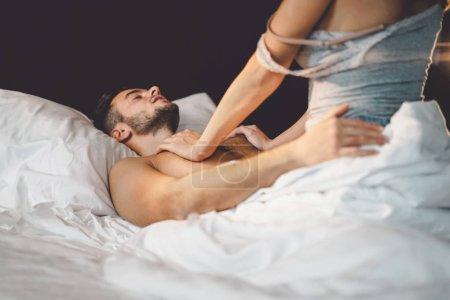 Photo pour Jeunes couples ayant des relations sexuelles dans un hôtel de luxe - Amoureux romantiques moments intimes et sensuels au lit - Les gens adorent le style de vie et le concept sexuel - image libre de droit