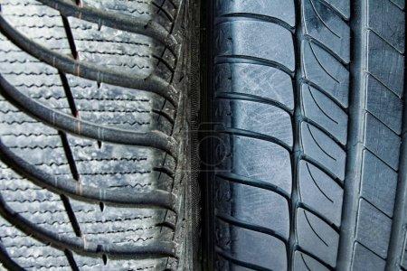 Photo pour Pneus et roues de voiture pour l'arrière-plan automatique - image libre de droit