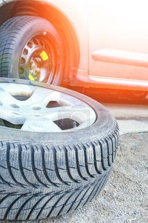 Photo pour Pneus et roues de voiture avec des roues pour le fond automatique - image libre de droit