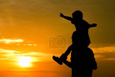 Photo pour Papa heureux avec un enfant dans le parc silhouette extérieure - image libre de droit