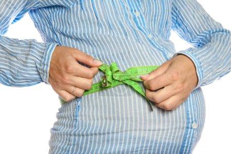 Photo pour Heureuse fille enceinte repose sur fond blanc - image libre de droit