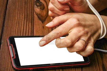 Photo pour Téléphone avec accoutumance aux mains sur fond de bois - image libre de droit