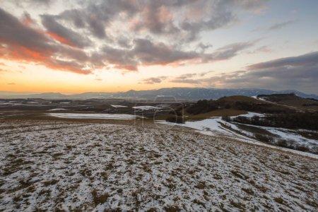 Photo pour Région de Turiec avec vue sur la chaîne de montagnes de Mala Fatra en hiver . - image libre de droit