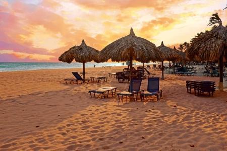 Photo pour Parapluie sur la plage Druif à l'île d'Aruba dans les Caraïbes au coucher du soleil - image libre de droit