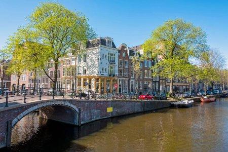 Photo pour Ville pittoresque d'Amsterdam aux canaux aux Pays-Bas au printemps - image libre de droit