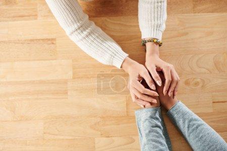 Photo pour Mains de femme soutenant sa meilleure amie - image libre de droit
