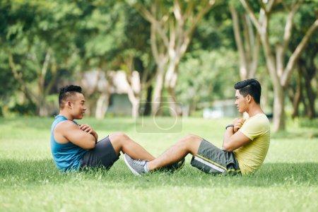 athlètes, aidant les autres à faire des sit-ups
