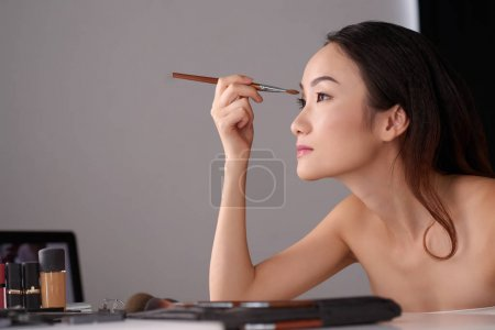 girl doing eye make-up