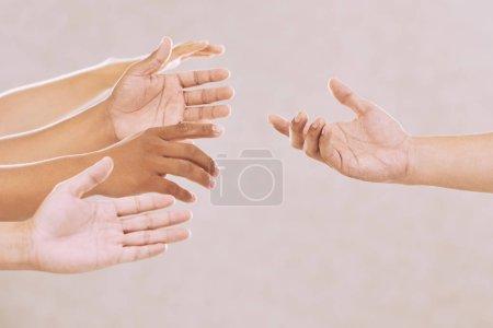 Photo pour Mains de personnes demandant de l'aide, sur fond beige - image libre de droit