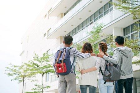 Photo pour Vue arrière d'embrasser des étudiants marchant sur le campus - image libre de droit