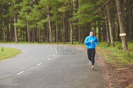 homme, faire du jogging le long de la route