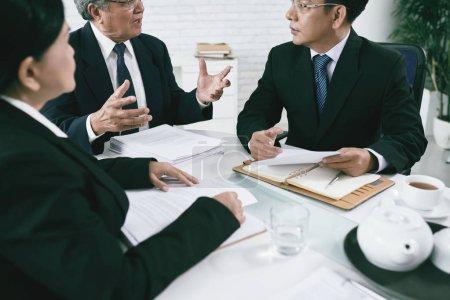 Photo pour Avocats vietnamiens discutant de documents avant le procès - image libre de droit
