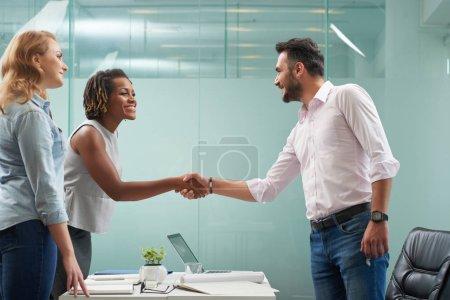 Photo pour Les gens d'affaires se serrent la main avant de rencontrer - image libre de droit
