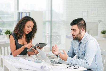 Foto de Equipo multiétnico profesionales trabajando en oficina - Imagen libre de derechos