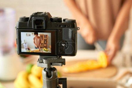 Kochblogger auf dem Bildschirm der Digitalkamera