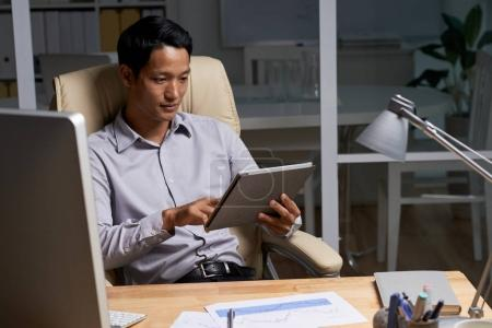 Young entrepreneur using application on tablet computer