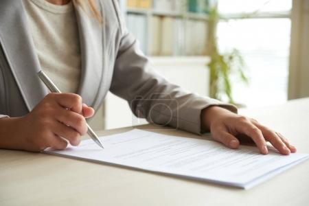 Photo pour Cropped image d'entrepreneur, signature de contrat commercial - image libre de droit