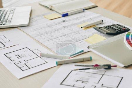Photo pour Les plans et les marqueurs sur la table de l'architecte - image libre de droit