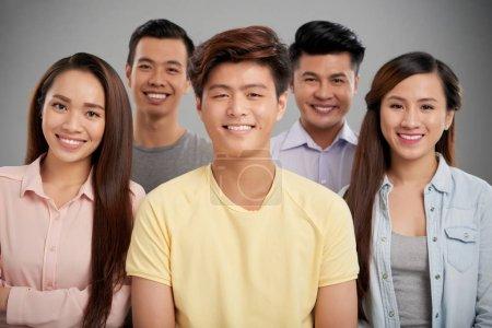 Photo pour Groupe de cinq jeunes asiatiques gais - image libre de droit