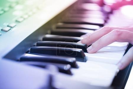 Photo pour Un musicien exécutant sur le clavier - image libre de droit