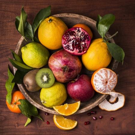 Photo pour Nature morte avec plateau en bois vintage, plein d'agrumes et de fruits mixtes - image libre de droit