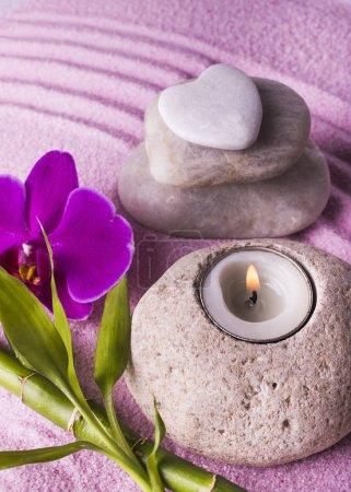 Photo pour Zen jardin avec sable, pierres noires, branche de bambou et belle orchidée violette - image libre de droit