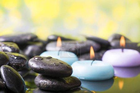 Photo pour Zen garden with black stones and floating candles - image libre de droit