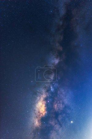 Foto de Galaxia de la vía Láctea con estrellas y polvo espacial en el universo, exposición larga velocidad. - Imagen libre de derechos