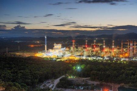 """Photo pour Vue aérienne de centrales au charbon dans une vaste région La machine fonctionne pour produire de l """"électricité. Magnifique ciel du soir, Mae Moh, province de Lampang, Thaïlande. - image libre de droit"""