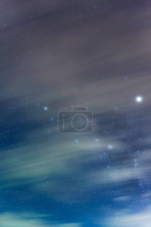 Foto de Galaxia de la Vía Láctea con estrellas y polvo espacial en el universo, exposición a larga velocidad . - Imagen libre de derechos
